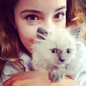 Assistent Nona met een kitten