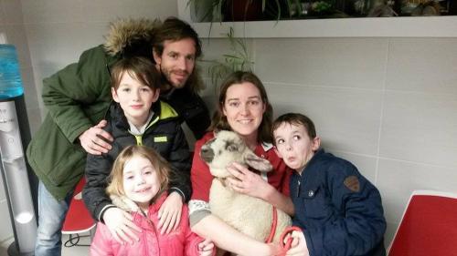 Hilde met haar man Davy en kinderen Kobe, Timo en Dahlia met Shaun het schaap
